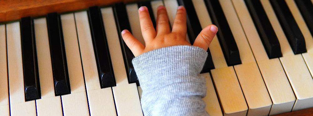 esku txikia pianoa jotzen