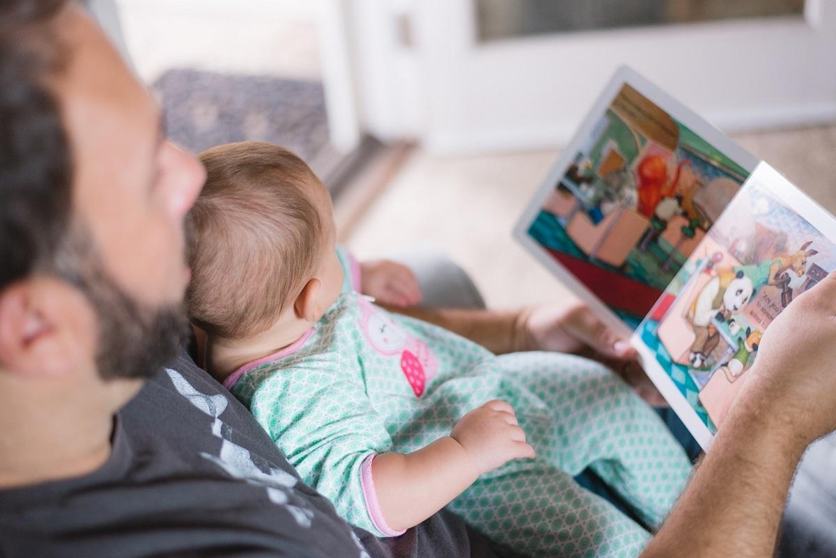 padre leyendo con bebe
